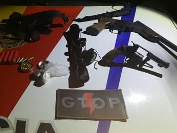 Armas apreendidas com chacareiro no DF (Foto: Polícia Militar/Divulgação)