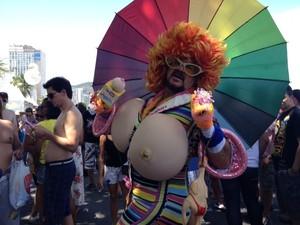 Há 8 anos o comerciante Milton Estevam, vestido de Rainha de Silicone, particia da Parada Gay no Rio (Foto: Alba Valéria Mendonça / G1)