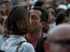 Sophie Charlotte e Malvino Salvador trocam beijos em show no Rio