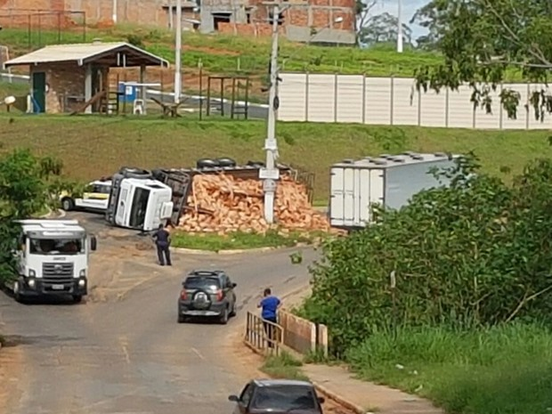 Caminhão com tijolo tomba em rua usada como desvio em Tatuí (Foto: Arquivo pessoal/Alexandre de Sá Camargo)