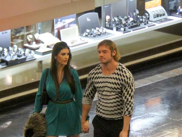 Thor Batista com namorada, Lunara Campos, em shopping no Rio (Foto: Daniel Delmiro/ Ag. News)