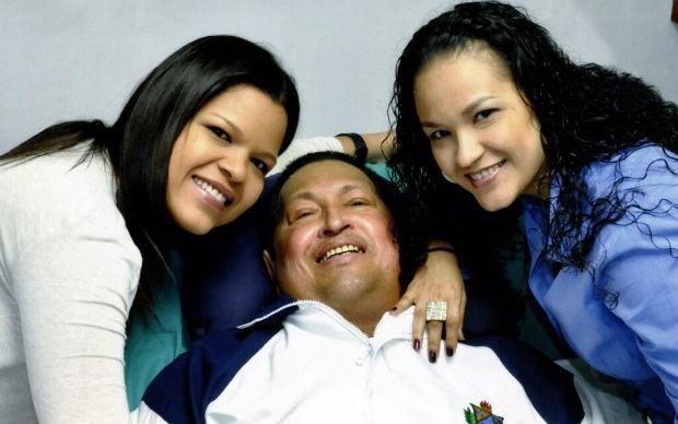 Chávez aparece ao lado das filhas nas primeiras imagens divulgadas desde que ele foi internado, no dia 11 de dezembro (Foto: Reprodução/Twitter)