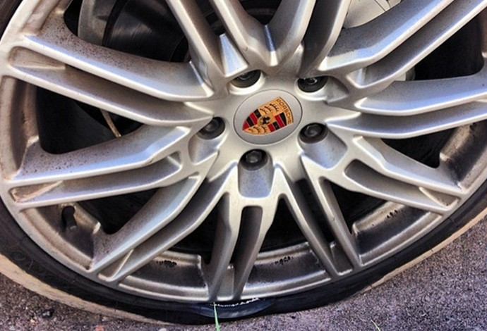 Carro de Dedé tem pneu furado em Belo Horizonte (Foto: Reprodução / Instagram)