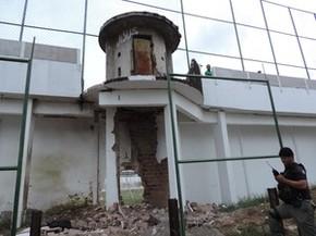Guarita foi atingida pela explosão, que abriu um buraco na muralha do Presídio Frei Damião de Bozzano, no Complexo do Curado, no dia 23/01/2016 (Foto: Katherine Coutinho / G1)