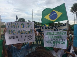 Grupo levou cartazes a favor da ditadura militar (Foto: Daniel Silveira/ G1)
