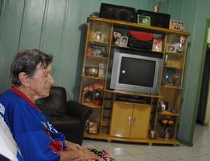 Torcedora do Vilhena de 86 anos acompanha os jogos pelo rádio (Foto: Rogério Perucci/GLOBOESPORTE.COM)