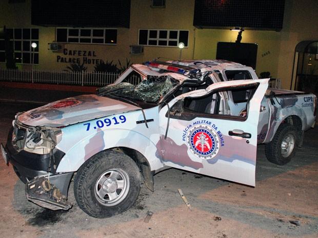 Viatura capotou após colidir com caminhonete. (Foto: Anderson Oliveira/Blog do Anderson)