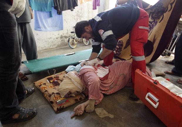 Mulher palestina é atendida após ser atingida durante bombardeio israelense a Khan Younis, na Faixa de Gaza, nesta quinta-feira (15) (Foto: Reuters)