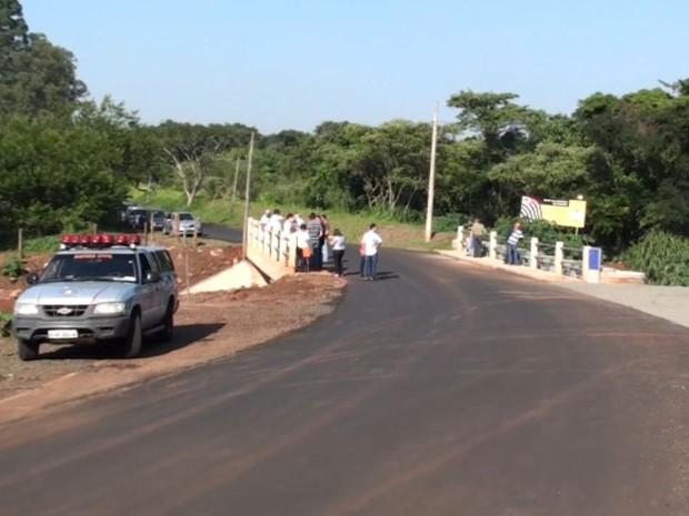 Após desabamento e com atraso de três meses, ponte é inaugurada em São Carlos (Foto: Reprodução/ EPTV)