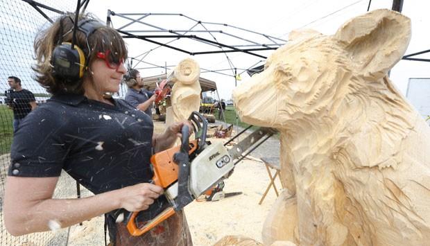 Artista Zoe Boni usa motosserra para esculpir obra durante competição (Foto: Keith Srakocic/AP)