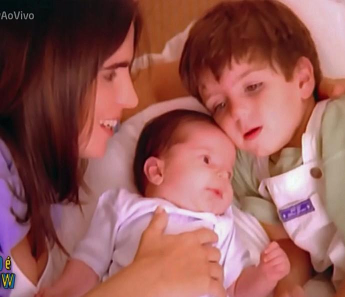Malu Mader e os filhos na vinheta de Fim de Ano, em 1997 (Foto: TV Globo)
