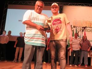 Terceiro prêmio da Unidos dos Morros veio na categoria de melhor samba enredo (Foto: LG Rodrigues / G1)