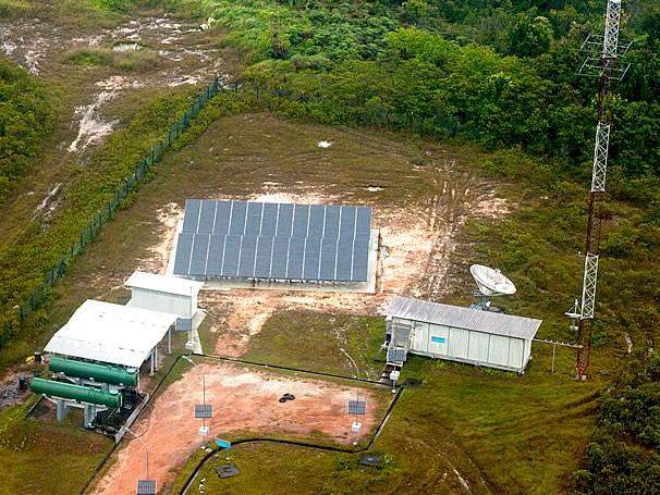 Sistema implantado em Surucucu conta com geradores a diesel e painéis solares (Foto: Cabo Silva Lopes/Agência Força Aérea)