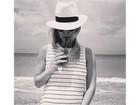 Bar Refaeli exibe barrigão de grávida