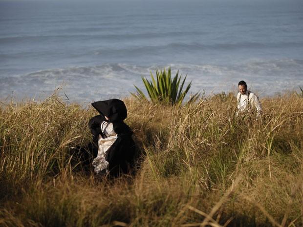 Rodrigo se depara com uma mulher misteriosa durante o sonho (Foto: Amor Eterno Amor/TV Globo)