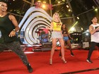 Bárbara Evans usa minissaia e rebola em palco na Bahia