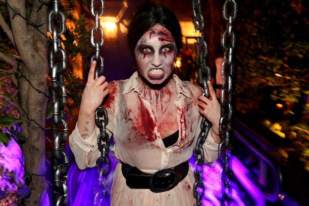 Demi Lovato fantasiada para festa de Halloween em Los Angeles, nos Estados Unidos (Foto: Christopher Polk/ Getty Images/ AFP)