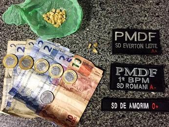 Drogas e dinheiro apreendidos com suspeito de tráfico (Foto: Polícia Militar/ Divulgação)