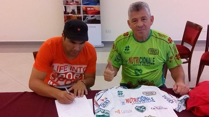 Cabañas e Irineu Alves, presidente do Tanabi, na assinatura do contrato 2 (Foto: Arquivo pessoal / Irineu Alves)