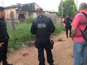 Homem encontrado em beco foi atingido na cabeça por tijolo de concreto (Foto: Gaia Quiquiô/G1)