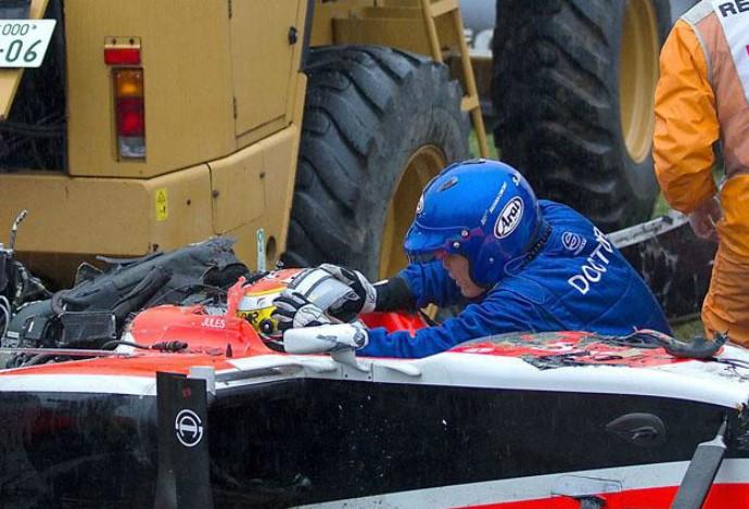 Médico da Fórmula 1 retira cuidadosamente o capacete de Jules Bianchi após o acidente em Suzuka (Foto: Formule1nieuws.nl)