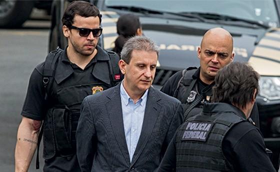 Alberto Youssef sendo preso pela PF  (Foto: Paulo Lisboa/Estadão Conteúdo)