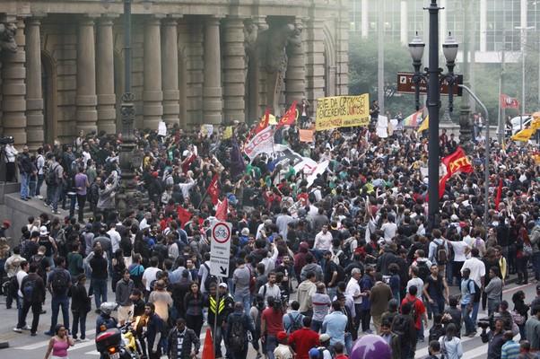 Concentração de manifestantes na tarde desta quinta-feira  (Foto: arcos Alves / Agencia O Globo)
