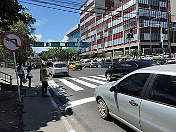 Orientadores começam a atuar em cruzamentos da Agamenon Magalhães, no Recife (Foto: Katherine Coutinho / G1)