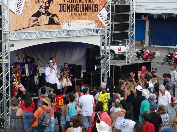 Nando Azevedo foi uma das atrações do sábado (26) no polo do Espaço Colunata, no Centro de Garanhuns. (Foto: Jael Soares/ G1)