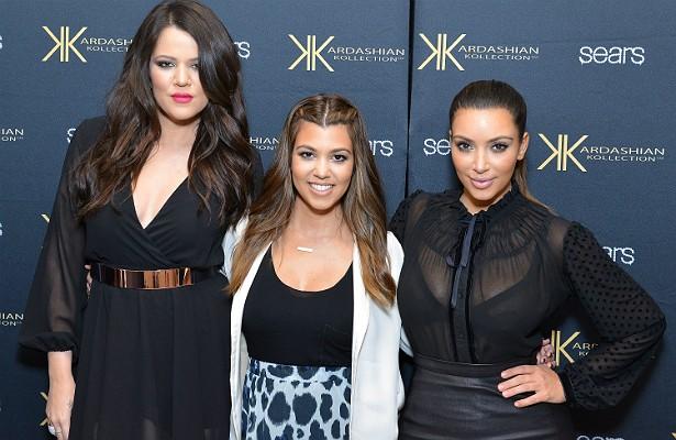 Kim Kardashian e sua família estão há cerca de oito anos invadindo televisores dos EUA e do mundo por meio de reality shows que mostram seu excêntrico e luxuoso estilo de vida. A parte curiosa é que a audiência dada a esses realities é justamente o que deixa o clã Jenner-Kardashian ainda mais rico. Tudo começou depois que vazou um vídeo em que Kim aparecia fazendo sexo com um namorado, o que torna o sucesso dela um fenômeno intrigante, embora indiscutível. (Foto: Getty Images)