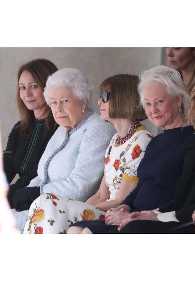 Rainha Elizabeth II na fila A de Richard Quinn, na LFW (Foto: Reprodução/Instagram)