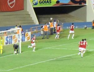 Vila Nova comemora primeiro gol de Frontini no Serra Dourada (Foto: Fernando Vasconcelos/Globoesporte.com)