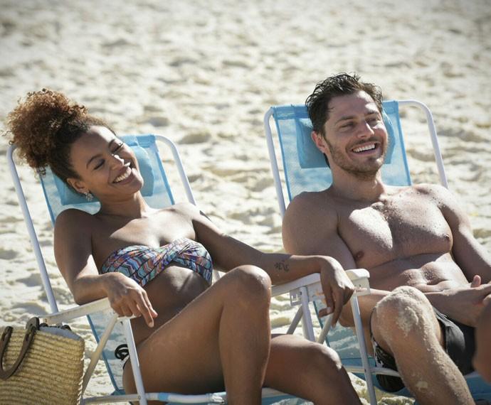 Sheron Menezzes e André Bankoff gravam em praia carioca (Foto: Raphael Dias/Gshow)