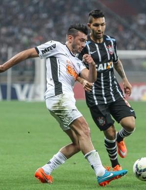 Dátolo disputa bola contra o Corinthians (Foto: Flickr \Atlético-MG)
