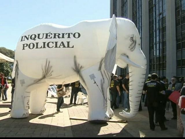 Policiais federais fazem marcha em  Brasília por reforma na corporação (Foto: Reprodução GloboNews)