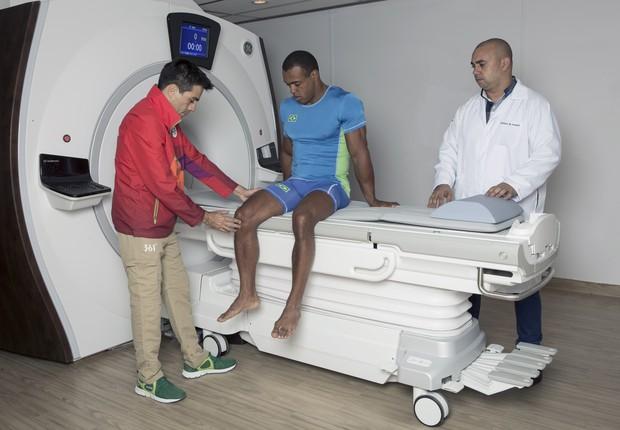 Atleta passa por exames de rotina na área de diagnóstico por imagem (Foto: GE)