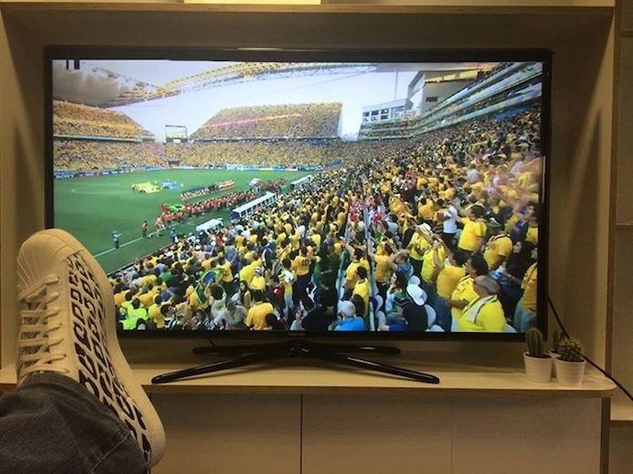 Messi posta foto que mostrando que estava assistindo o jogo da seleção brasileira (Foto: Reprodução/Facebook)
