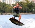 """""""Versão verão"""": atleta da neve, André Cintra se arrisca no wakeboard no Rio"""