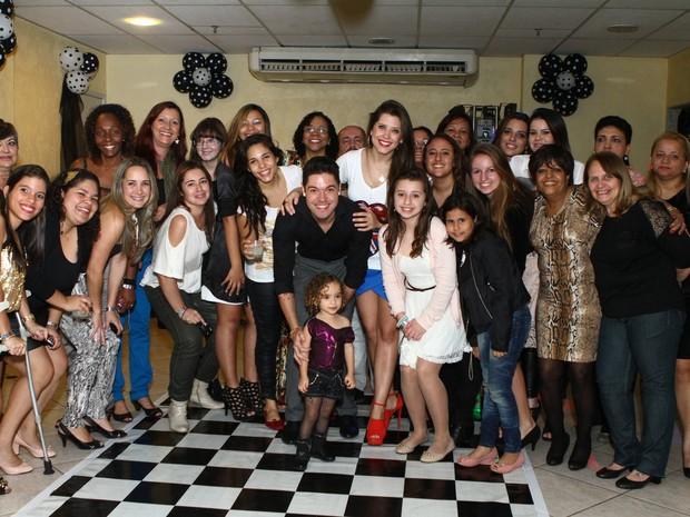 Ex-BBBs Nasser e Andressa com fãs no aniversário dela no Rio (Foto: Raphael Mesquita/ Foto Rio News)