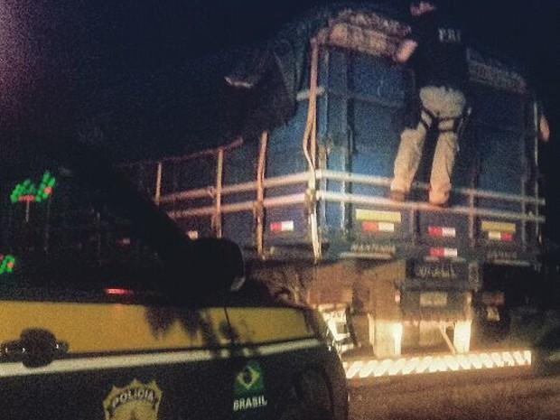 Carga de 18 m³ de madeira irregular é apreendida na BR-135 (Foto: Divulgação/PRF-MA)