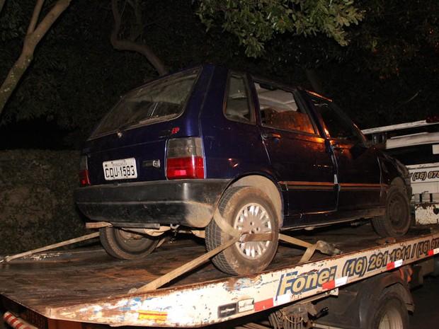 Carro usado pelos suspeitos para cometer os crimes foi apreendido pela polícia de São Carlos (Foto: Maurício Duch)