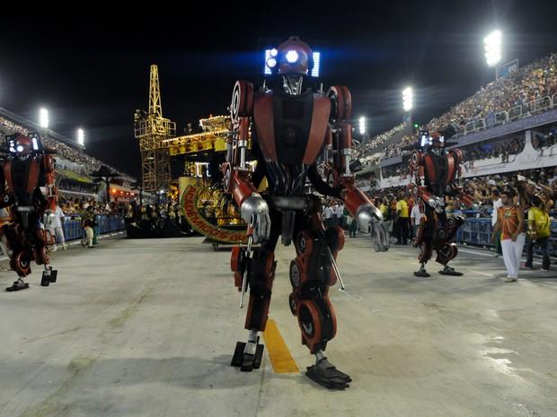 'Robôs iluminados' se movimentam no ritmo do samba da Grande Rio (Foto: Alexandre Durão/G1)