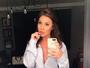 Ex-BBB Maria Claudia posa toda sensual em frente ao espelho