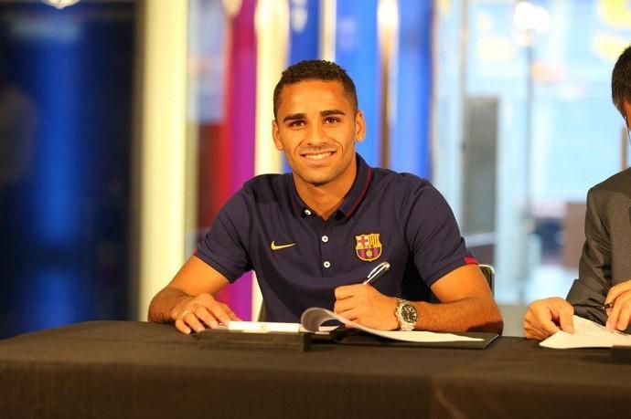 Douglas assina contrato Barcelona (Foto: Reprodução/Twitter)