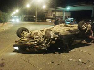 Motorista capotou na Avenida Bejamim Guimarães em Oliveira (Foto: Polícia Militar/Divulgação)