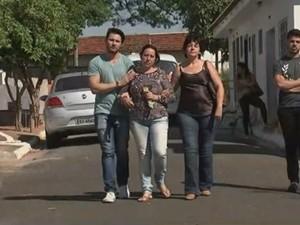 Maria Aparecida Caetano, mãe da jovem, não se conforma com crime (Foto: Reprodução/TV TEM)