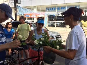 Rosas brancas são distribuídas durante o ato de protesto pela morte do estudante (Foto: Guilherme Brito/G1)