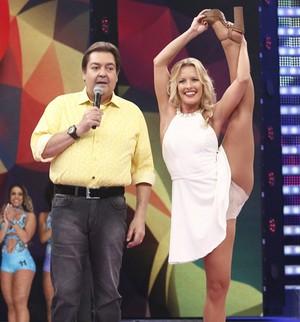Juliana Valcézia faz o 'desafio do coco' no Domingão! Vai encarar? (Leonardo Arromba/Gshow)