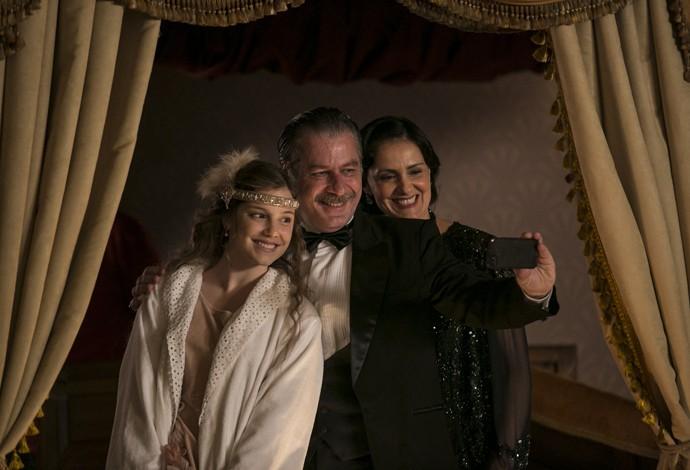 Lavínia faz selfie nos bastidores com Leopoldo Pacheco e Alice Wegmann (Foto: Inácio Moraes/Gshow)