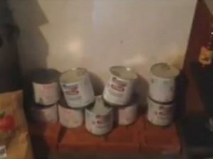 Latas de alimentos foram encontradas em  churrascaria (Foto: Reprodução TV TEM)